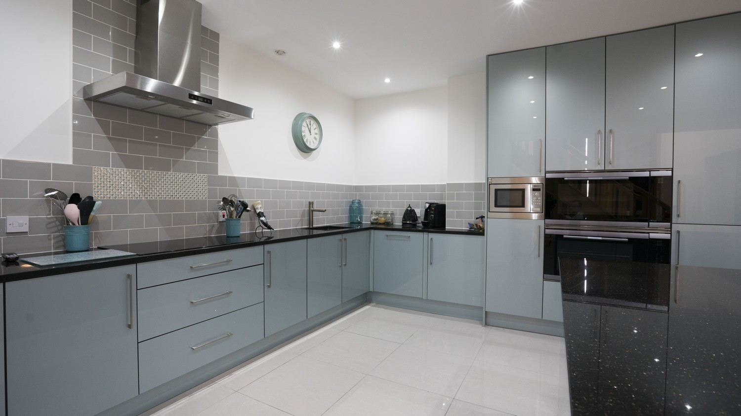 A run of lower cupboard create he perfect space for a sink and cooking hob, an ideal space for preparing meals.